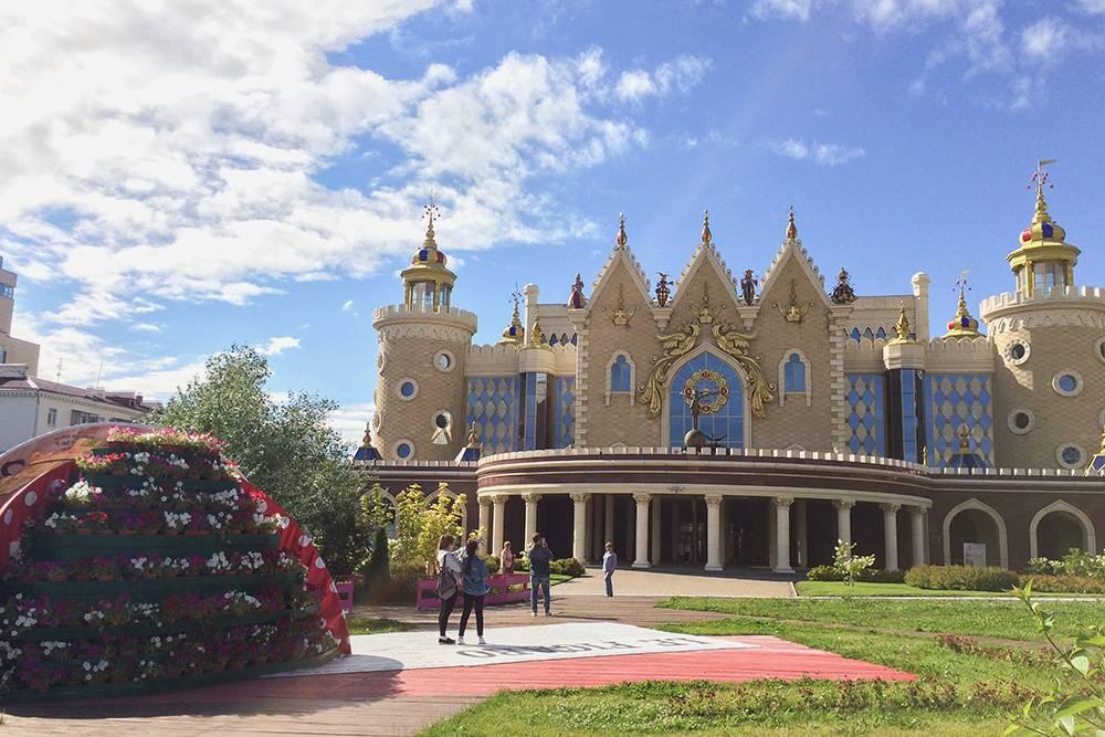 «Экият» — один из старейших кукольных театров России. До 2012 года он находился в здании одной из старейших в Поволжье церквей, сцена была расположена прямо на месте алтаря