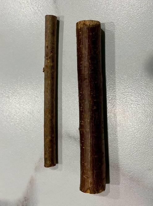 В упаковку кладут ветки разного диаметра. Крупные палочки Лаки не осилил — распилю их на брусочки