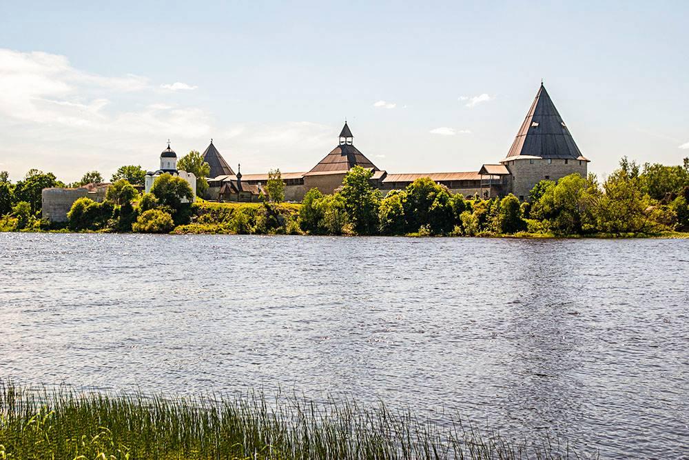 Староладожская крепость с противоположного берега Волхова