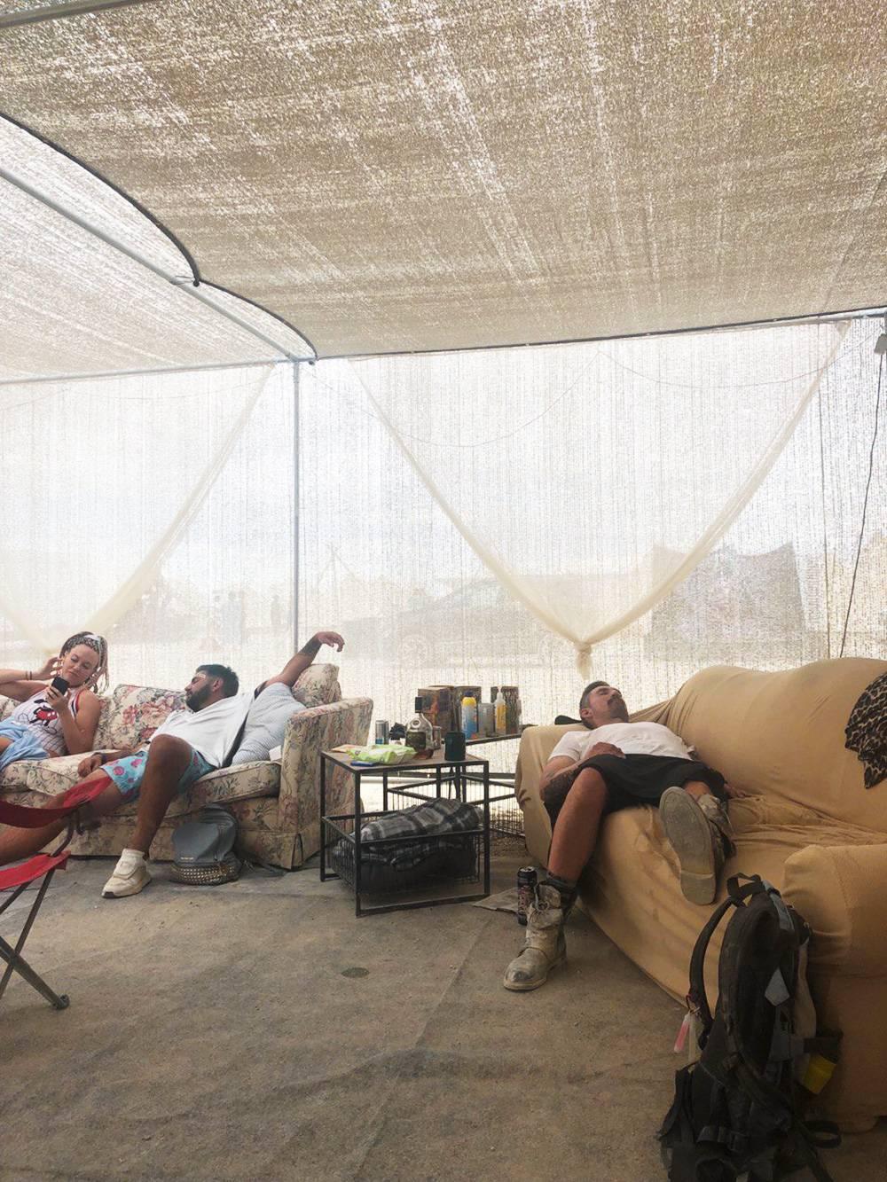 Это дневной «тихий час» в нашем лагере. Так можно спать и ночью, главное — укрыться теплым пледом или шубой