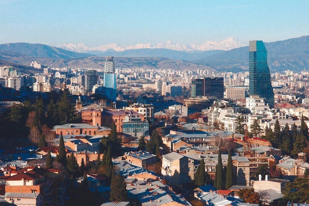 На зиму мы переехали из Москвы в Тбилиси. Хотели брать машину в аренду дляпутешествий, но российских прав у нас не было, поэтому мы решили получить их в Грузии