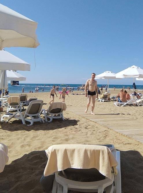 Песчаный пляж и множество свободных лежаков — один из главных плюсов Sentido Perissia