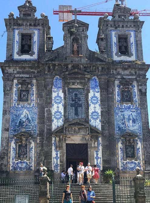 Церковь Святого Ильдефонсо словно стоит отдельно от всего города