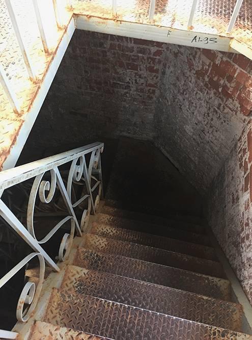 По такой лестнице придется подняться и спуститься