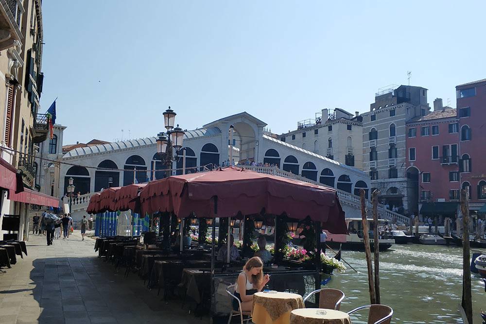 Вокруг моста Риальто много магазинчиков и кафе