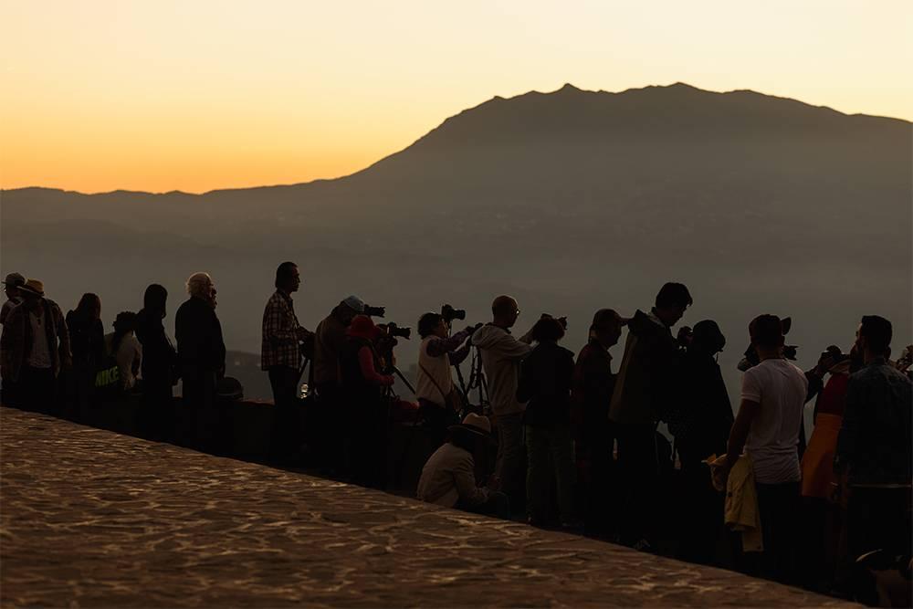 На закате на смотровой площадке собирается армия фотографов в ожидании захода солнца