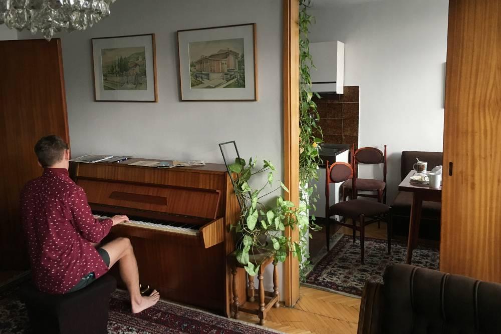 Квартира в Скопье с коврами и оригинальной мебелью из 80-х. Немного пахнет бабушкой, но дляфанатов Югославии это лучший вариант