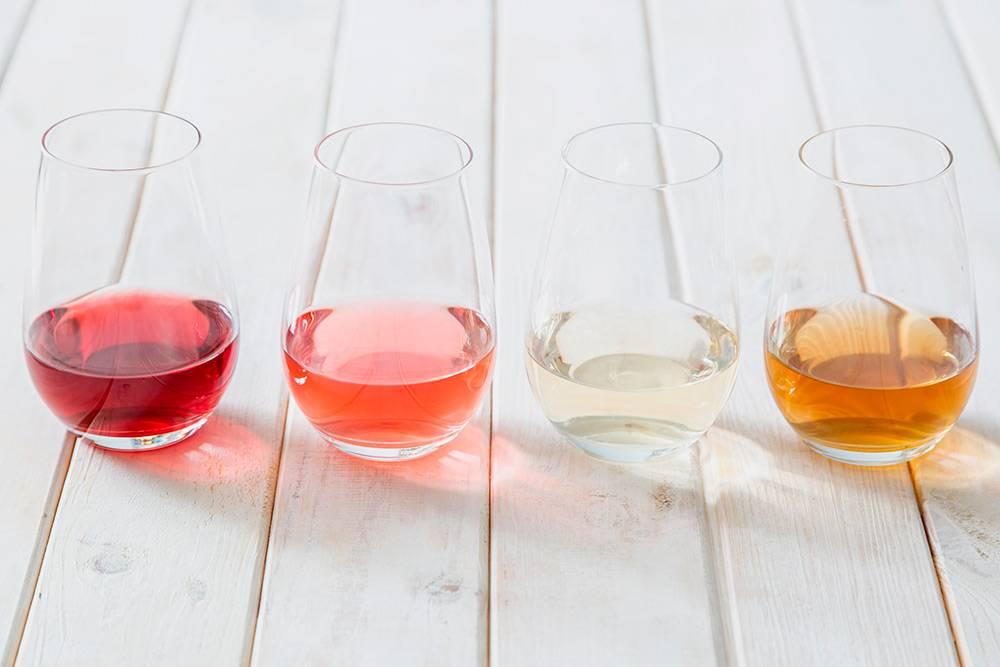 Красное, розовое, белое и оранжевое вино. Фото: Oleksandra Naumenko / Shutterstock