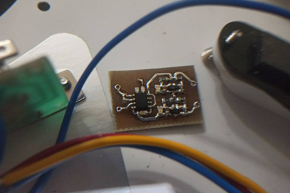 Самопальный гитарный буфер с индикатором разряда литий-ионных аккумуляторов
