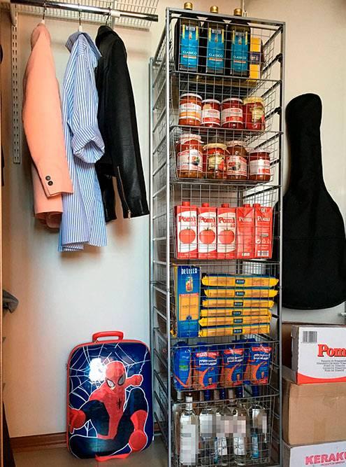 Автор материала нашла отличное место длясвоих запасов — в гардеробной!