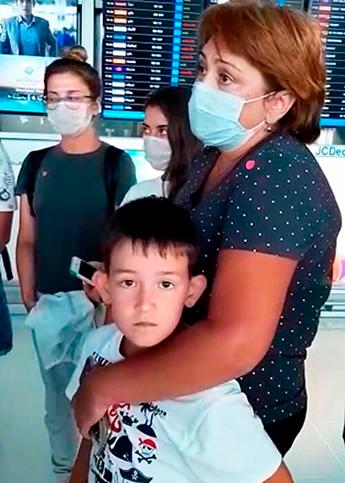 Среди пассажиров, которые не могут попасть домой, много детей