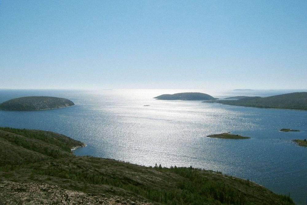 Вид на Белое море с острова Немецкий Кузов, куда я ездила на экскурсию в свой выходной. Его высота — 118 метров, это одна из самых высоких точек Белого моря