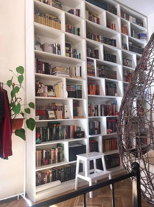 Всего в моей домашней библиотеке больше 2 тысяч книг. Так выглядели мои стеллажи до ремонта