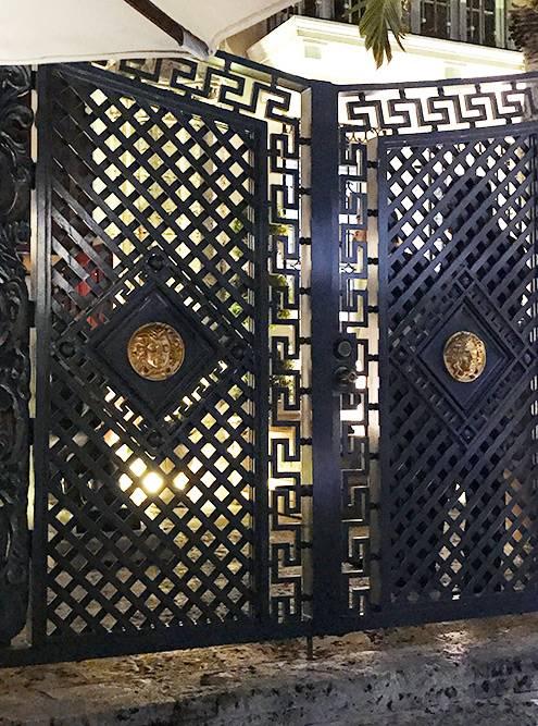 На Оушен-драйв находится особняк Джанни Версаче, на крыльце которого его застрелили. Рядом с воротами стоит толпа и охает