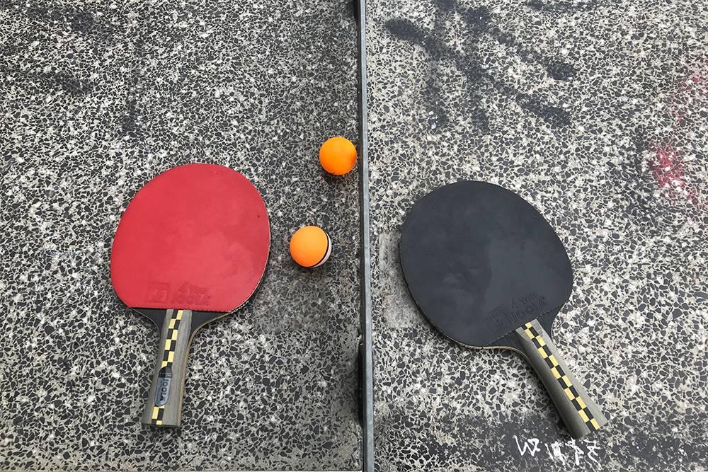 В настольный теннис я играю не очень хорошо, но с удовольствием