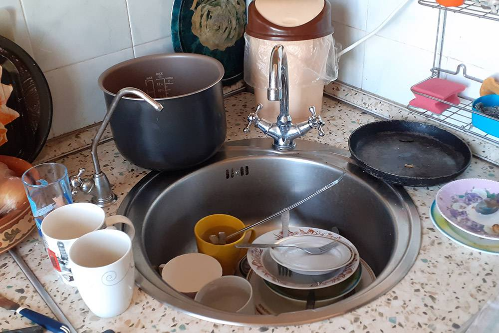 Вот такая картина частенько по утрам у нас на кухне. Не беда, есть посудомойка