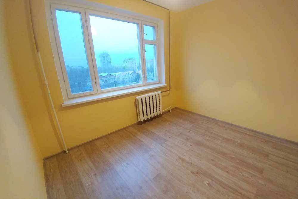 Самая маленькая комната площадью 9м². Мне удалось полностью освободить ее от мебели и вещей, как и советуют перед продажей