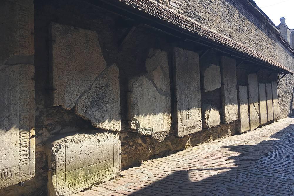 На стенах переулка — могильные плиты бывших захоронений. Почему их там разместили, я так и не поняла. Возможно, для большей атмосферности