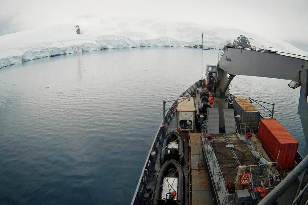 На горизонте начинают виднеться заснеженные горы — значит, вы подходите кберегам Антарктиды. Уэтого континента самая большая средняя высота надуровнем моря посравнению совсеми остальными — примерно 3000метров надуровнем моря