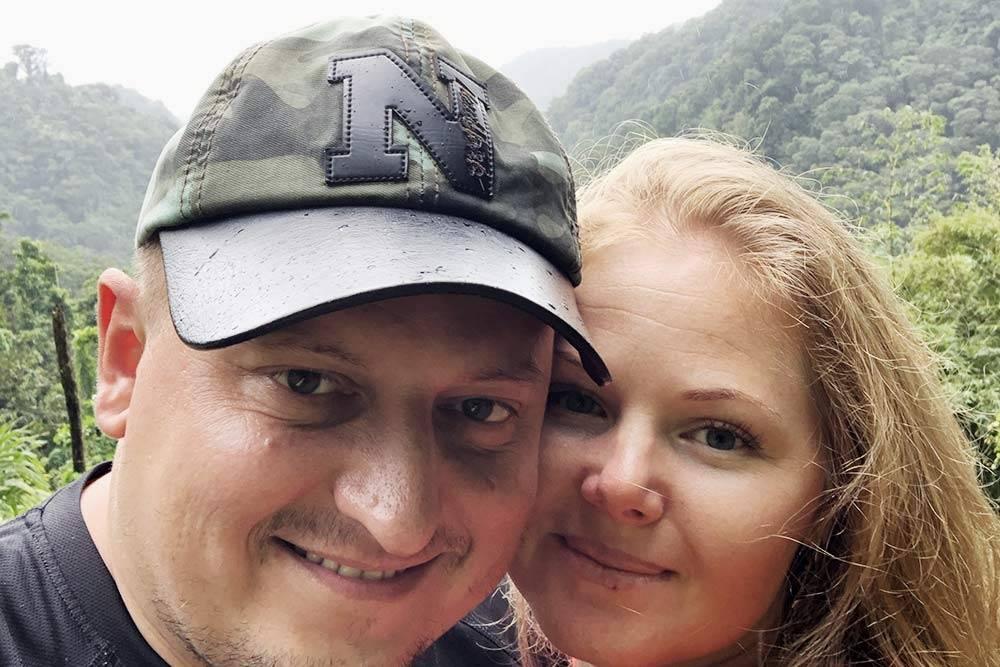 Пока мы гуляли по саду «Балата», начался тропический ливень. На фото мы с женой слегка промокшие, но довольные
