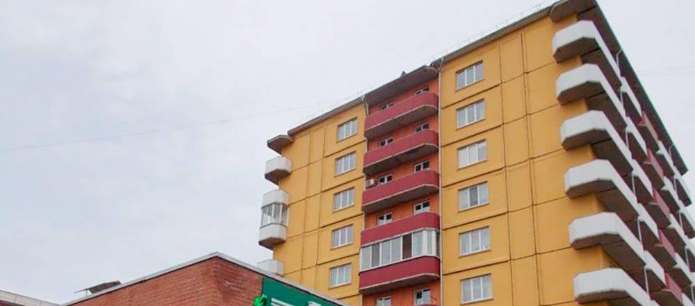 Мой балкон — вверху справа. Над ним козырек. Дом в центре города, и человек, который решится спуститься ко мне по веревке, сразу привлечет внимание. Так что тратиться на остекление я не стал