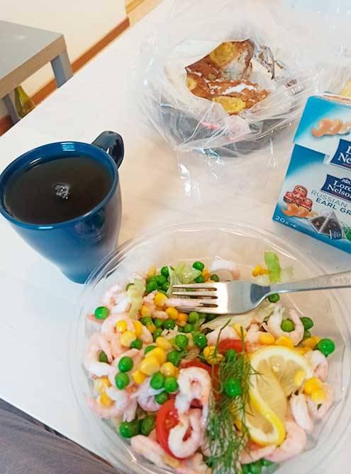 Тот самый салат с креветками. Вкусный, приготовлен вчера, но долго хранить его нельзя. Булочки на заднем плане тоже достались бесплатно. Из всего, что есть на фото, я купила только чай