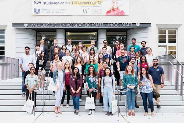 Совместное фото всех участников школы на крыльце университета