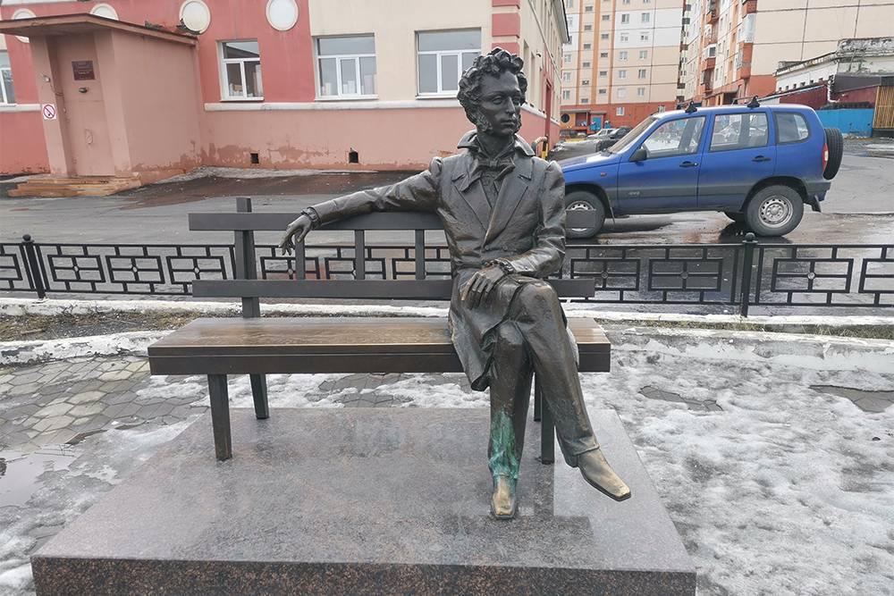 В отзывах о памятнике пишут, что он стильный и выполнен на уровне столичных. Я согласен. Памятник выглядит достойно