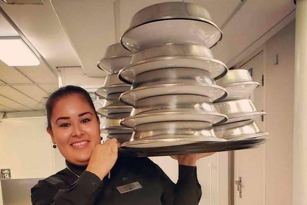 Моя коллега из Бразилии могла унести поднос с 13горячими блюдами на плече. Мне удавалось поднять максимум 10блюд. Здесь главное — найти баланс и правильно расставить тарелки, чтобы самая тяжелая часть подноса оказалась на плече, а не на руке