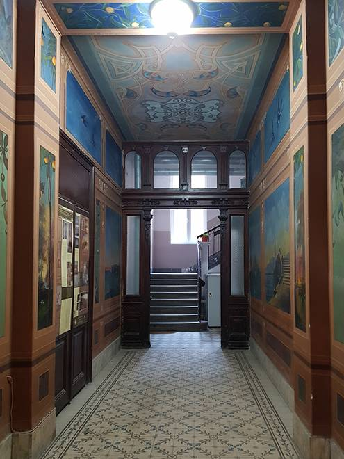 Парадная дома Димитрия Живадиновича обычно открыта, если нет — дождитесь, пока кто-то выйдет, оно того стоит