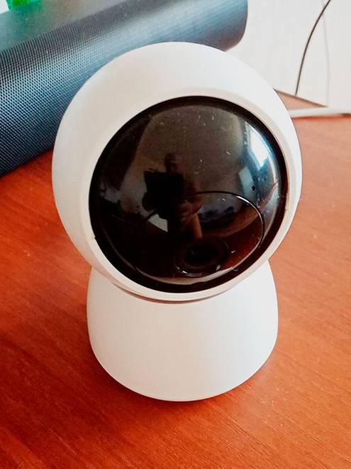 Такую камеру можно поставить на столик у входной двери или закрепить на стене