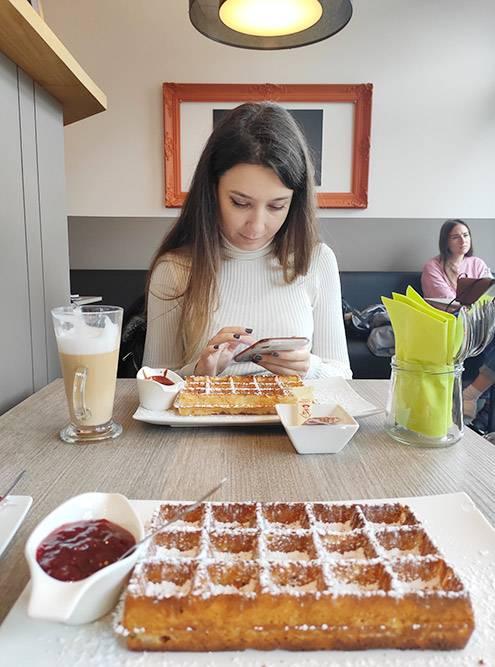 Вафли и кофе вкофейне обойдутся в15€ надвоих