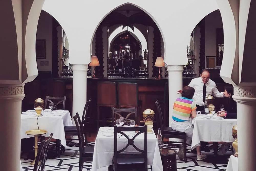 Rick's Cafe в Касабланке — популярное туристическое место. Здесь ужин на двоих обошелся нам вдвое дороже, чем обычно: 400 дирхамов (7711<span class=ruble>Р</span>)