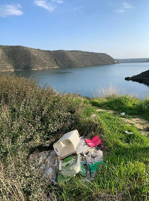 А это мусор у дамбы Курис недалеко от Лимасола