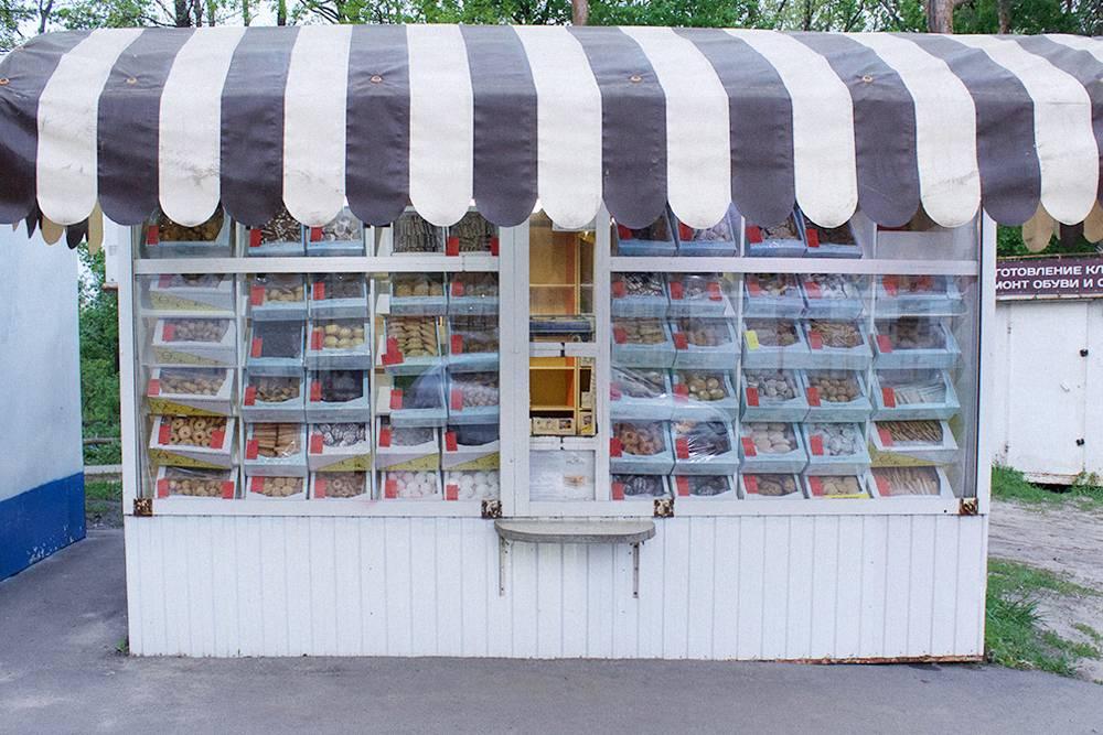 Печенье мы часто покупаем в таких киосках. Эта сеть есть по всему городу. Они сами пекут печенье и продают его в 1,5—2 раза дешевле, чем в супермаркетах. Мне их сладости нравятся, а жена считает, что они не очень вкусные