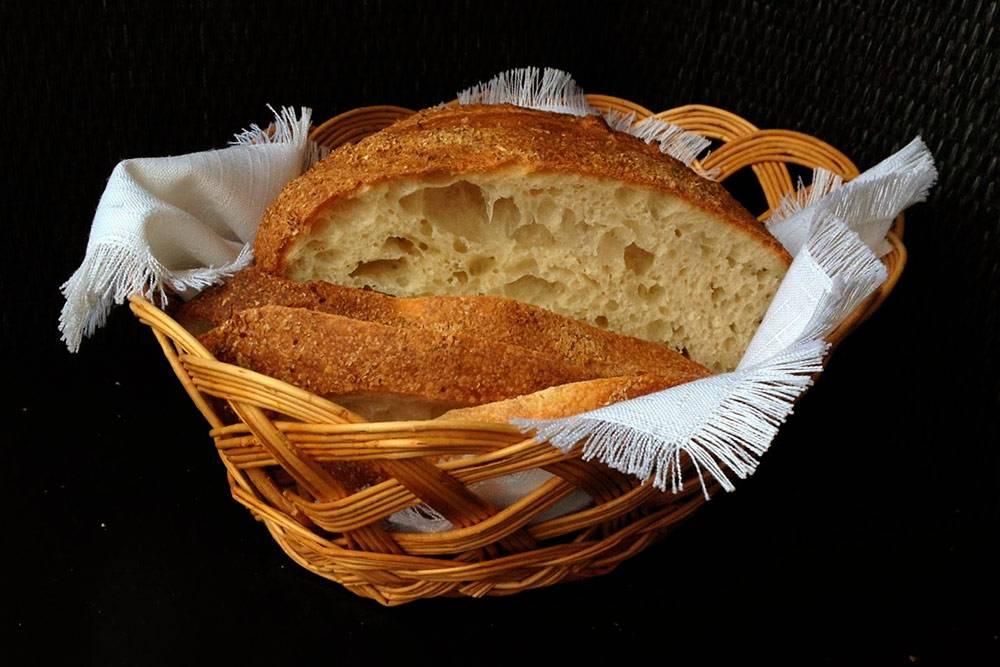 Хлеб на закваске левито мадре с добавлением оливкового масла. Делается восемь часов, не считая времени, когда подходит опара