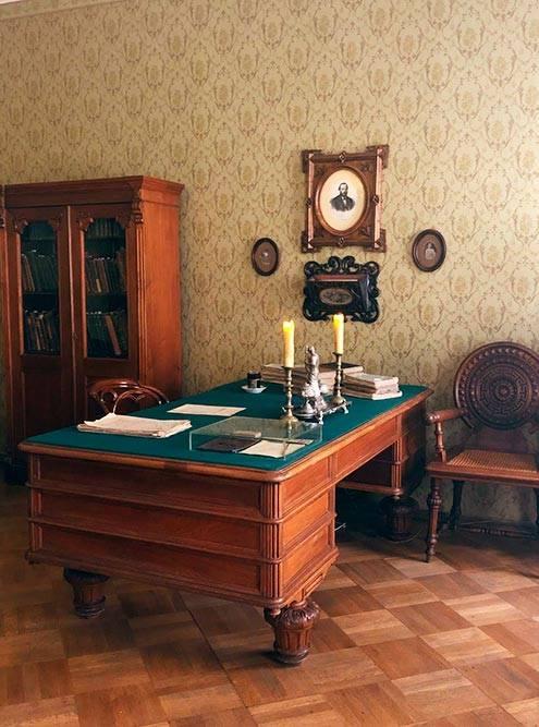 За этим столом работал Достоевский