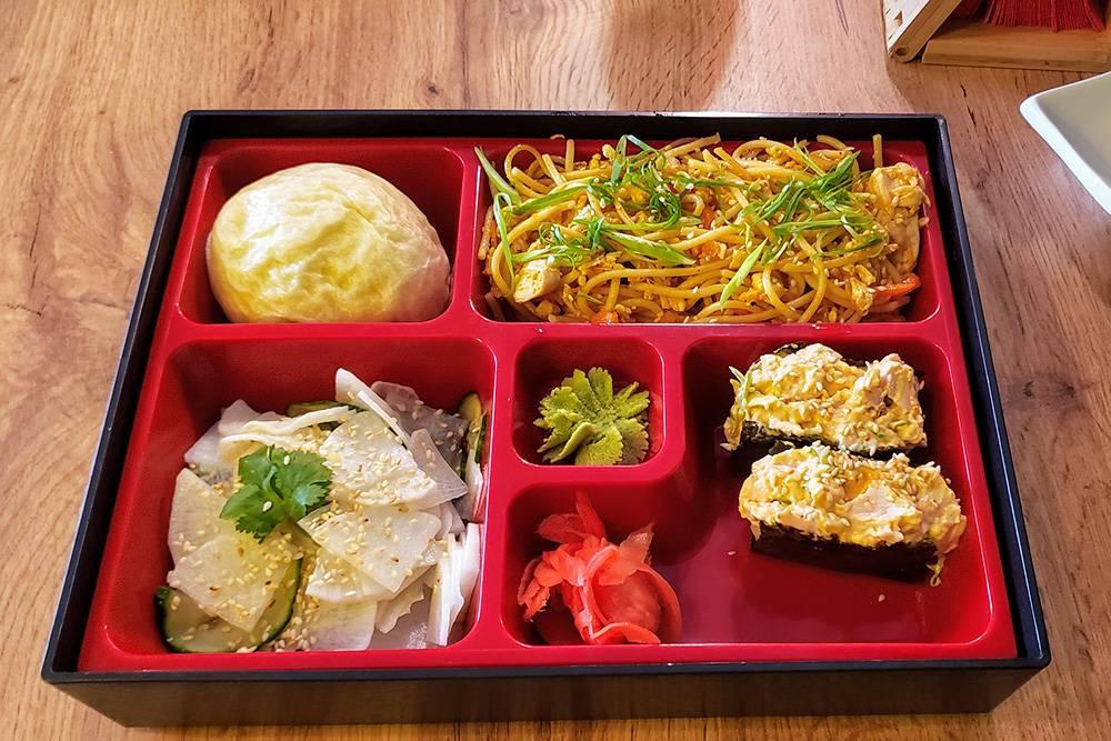 Ланч за 320<span class=ruble>Р</span>: салат из маринованного дайкона с огурцом, лапша со свининой, гунканы с тунцом и паровая булочка