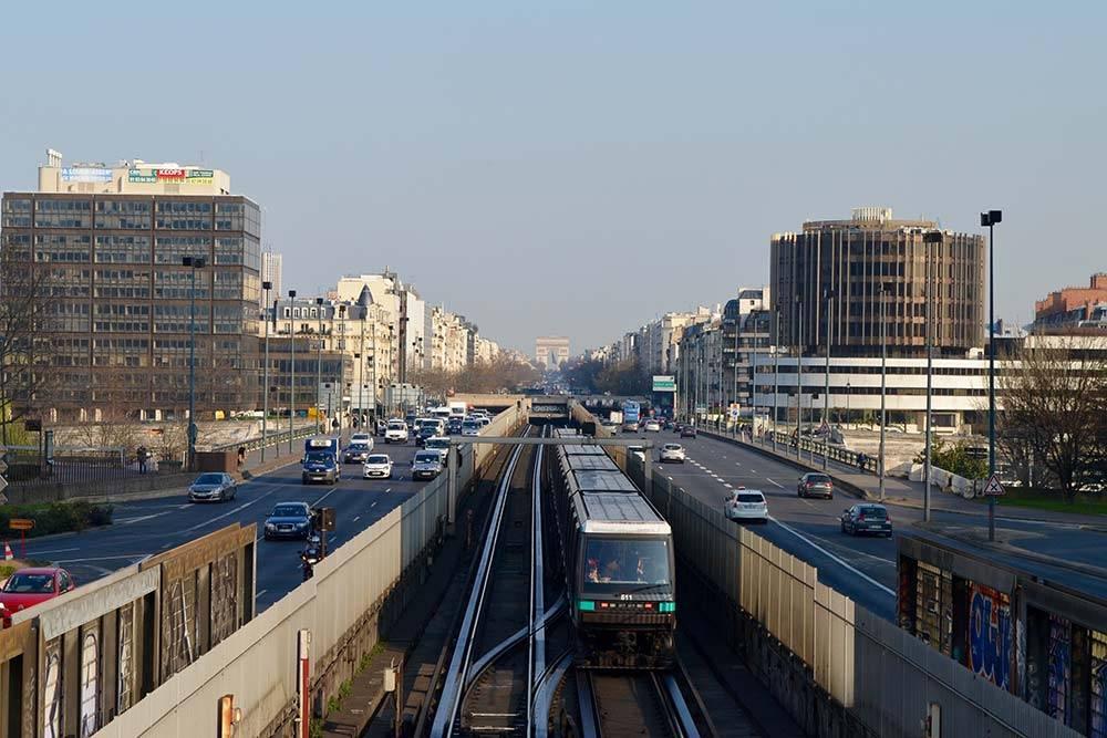 По некоторым линиям парижской подземки ходят автоматические поезда без машинистов. Это первая ветка метро, она идет от Елисейских полей и Триумфальной арки в квартал небоскребов Дефанс