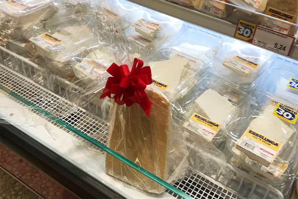 Сыры берут в подарок, поэтому иногда в магазинах они встречаются в готовой упаковке
