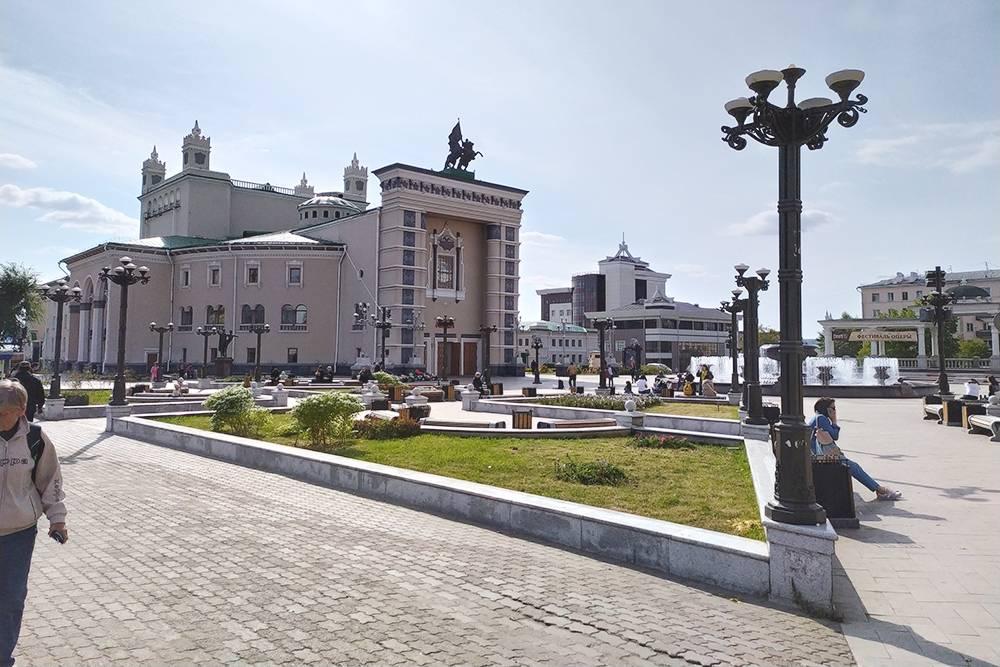Бурятский академический театр оперы и балета — единственный оперный театр в Восточной Сибири. Здание строили больше 10 лет: работы начались в 1938году, а первый концерт дали лишь в 1952. Помешала война и репрессии