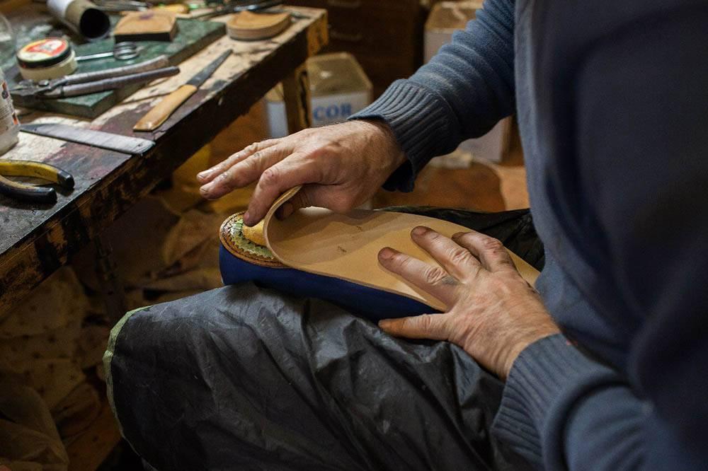 В цеху работал один мастер по затяжке обуви. Заготовщик приходил, когда нужно, а красил Махач сам