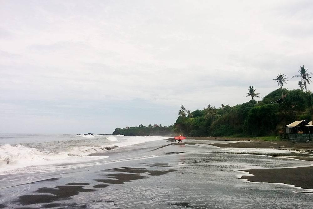 Чем севернее, тем темнее пляжи из-за песка вулканического происхождения. Белые и золотые пляжи есть на самом юге Бали: в Нуса Дуа и окрестностях. Это фото сделано чуть севернее Чангу