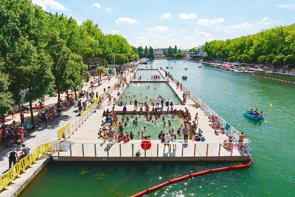 Летом пляжи в Париже устраивают прямо на набережных Сены. Источник: Tommy Larey / Shutterstock