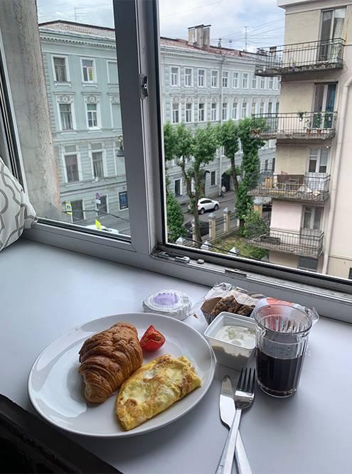 Зато утром на Рубинштейна было пусто. Одно удовольствие — завтракать на подоконнике с открытым окном и разглядывать улицу. Часто на завтрак я заказывала круассан и сыр в «Самокате». Привозили за 10—15 минут
