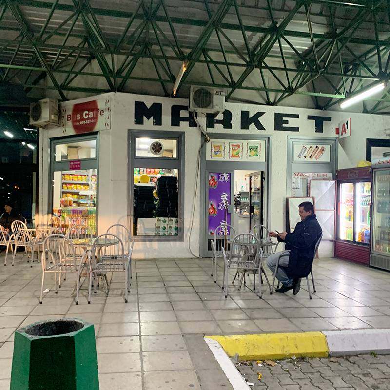 Наш водитель во время стоянки в городе Тетово. Как истинный житель Балкан, он пьет кофе и много курит