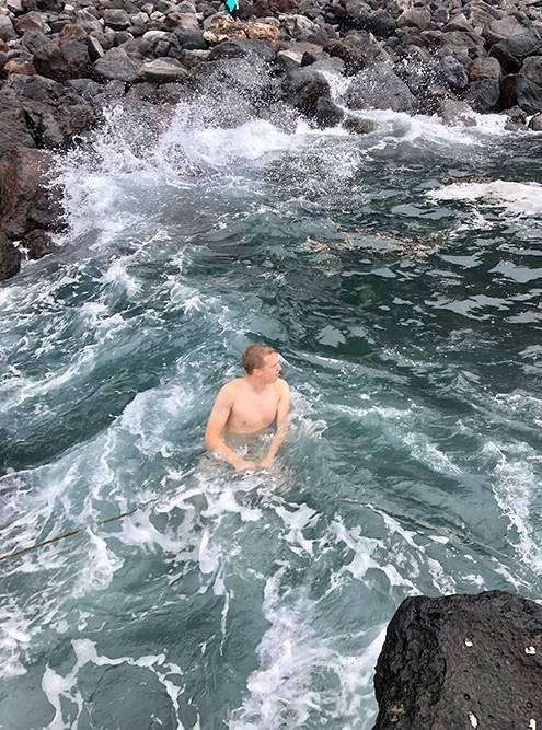 Были довольно сильные волны, но в воде натянуты канаты, за которые мы держались