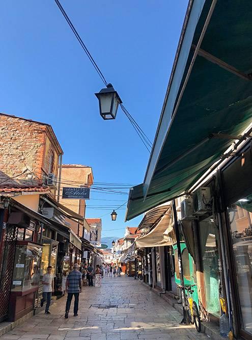 На рынке Чаршия прилавки стоят не на улице, а внутри помещений: не жарко, пока ходишь и разглядываешь товары