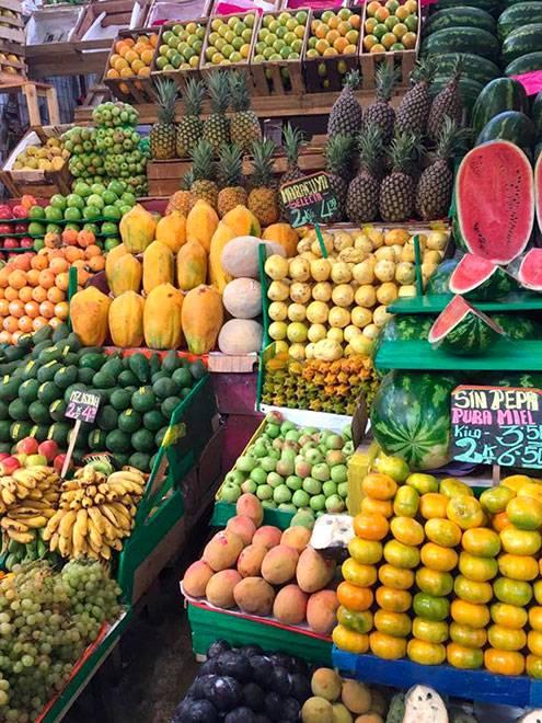 Фруктовые отделы на рынке Сан-Педро и в Лиме. За 24 соля (480<span class=ruble>Р</span>) мы купили 3 банана, 5 киви, 5 мандаринов, ананас, гранат и черимойю