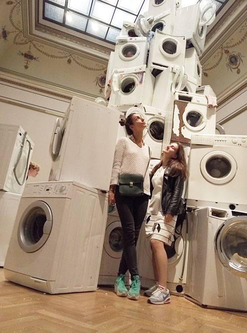 Пирамида из стиральных машин, которые хаотично включаются и мощно вибрируют